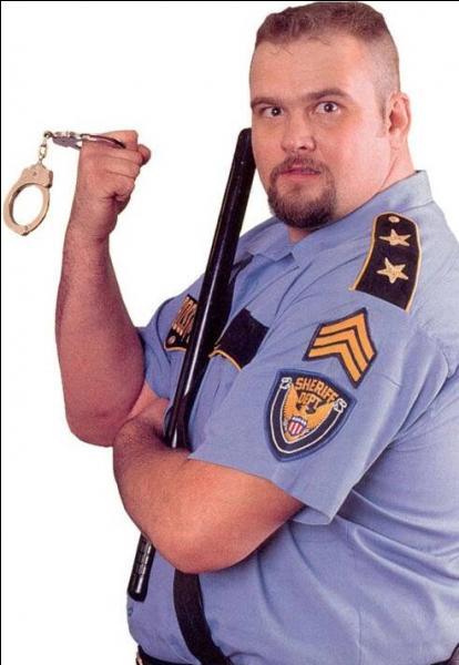 Quel catcheur habillé en policier a commencé à sévir sur le ring en 1985 ?