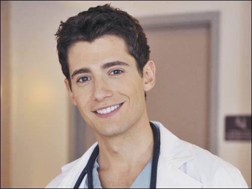Qui est le médecin avec qui Spencer va avoir une histoire ?