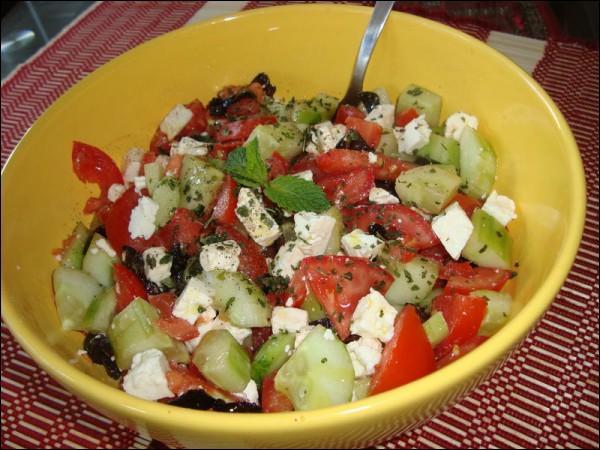 Quel fromage agrémente cette salade de tomates ?