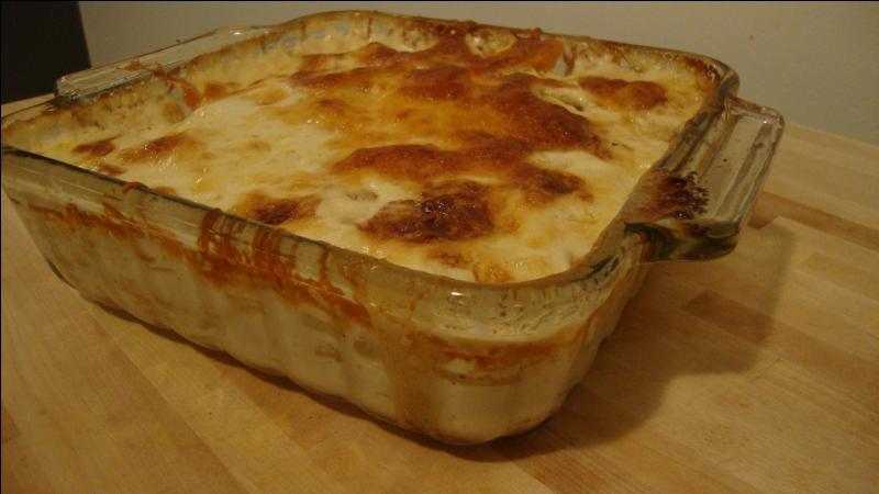 Quel est ce gratin fait dans un plat frotté à l'ail, composé de pommes de terre cuites dans de la crème sur lequel on met du fromage rapé ?