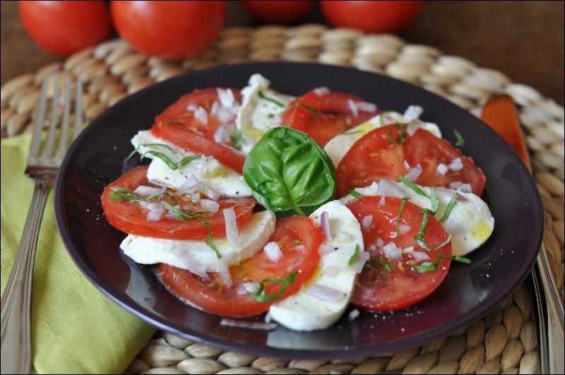 Avec quel fromage est réalisé ce plat de tomates traditionnel ?