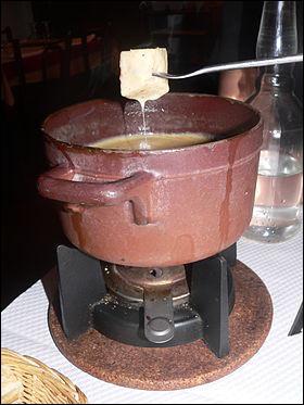 Que faut-il mettre pour réaliser une vraie fondue savoyarde ?