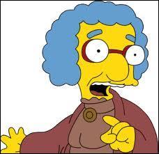 C'est la grand-mère du petit garçon aux cheveux bleus et elle vit en Italie.