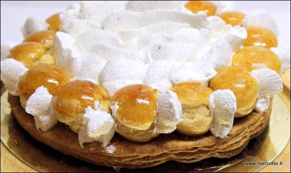 Le dessert est un magnifique et savoureux gâteau :