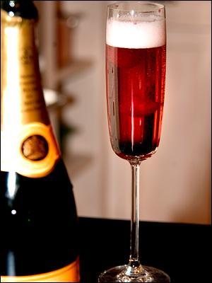 L'apéritif vous est proposé avec un peu de crème de cassis recouverte de champagne :