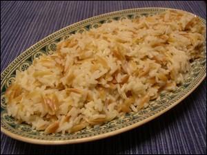Quel est ce riz qui servira d'accompagnement, doré à la sauteuse avec des oignons auquel on rajoutera de l'eau avant de le laisser cuire 20 minutes à feu doux ?