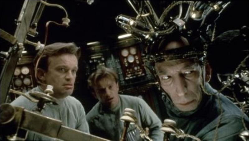Il est classé 76e, ce film date de 1994. Il est de Marc Caro et Jean-Pierre Jeunet, avec Daniel Emilfork, Dominique Pinon. C'est un film fantastique. Jean-Louis Trintignant participe à ce film en prêtant sa voix à un cerveau conservé dans un aquarium.Quel est ce film ?