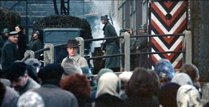 Il est 90e. Ce film est sorti en 1976. Il est de De Joseph Losey / Avec Alain Delon, Jeanne Moreau, Juliet Berto. Le thème est la terrible parabole sur l'indifférence et l'égoïsme enfouis chez les hommes. L'histoire se situe en 1942.Quel est ce film ?