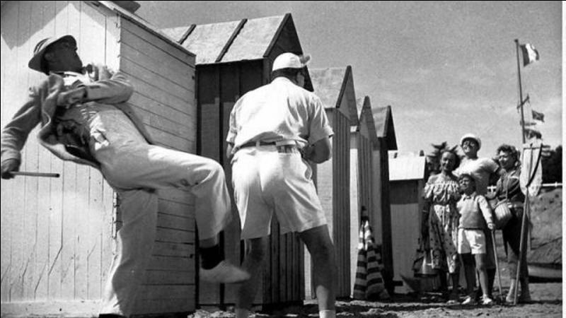 Ce film est classé à la 94e place. Il est sorti en 1953. Il a été réalisé par Jacques Tati qui tient le principal rôle. En congé, le héros débarque sur la plage de Saint-Marc sur Mer, y multipliant les bévues burlesques.Quel est ce film ?