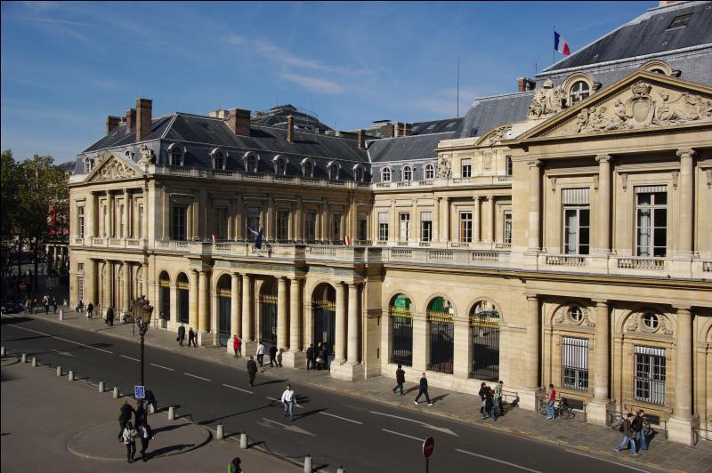 Situé dans l'ancien Palais-Royal, bâtisse au bien curieux destin, le Ministère de la Culture héberge deux autres entités politiques depuis 1969. Lesquelles ?