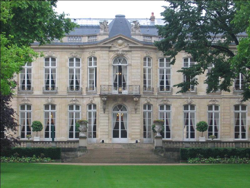 La résidence administrative du Premier Ministre n'est plus un secret pour personne et le bâtiment a une histoire particulière. Par le biais des alliances, quel prince actuel est aussi  sire de Matignon  ?