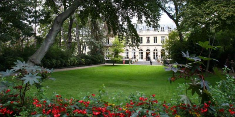 Comme Matignon, le ministère délégué aux Relations avec le Parlement se situe rue de Varenne, dans le septième arrondissement. Comment s'appelle cet hôtel, homonyme d'une ville d'Auvergne ?