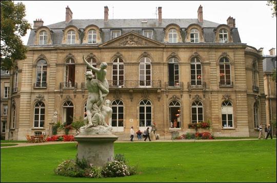 Rue de Varenne, qui n'héberge pas moins de quatre ministères, se trouve aussi le très bel hôtel de Villeroy. Quel ministère héberge-t-il ?