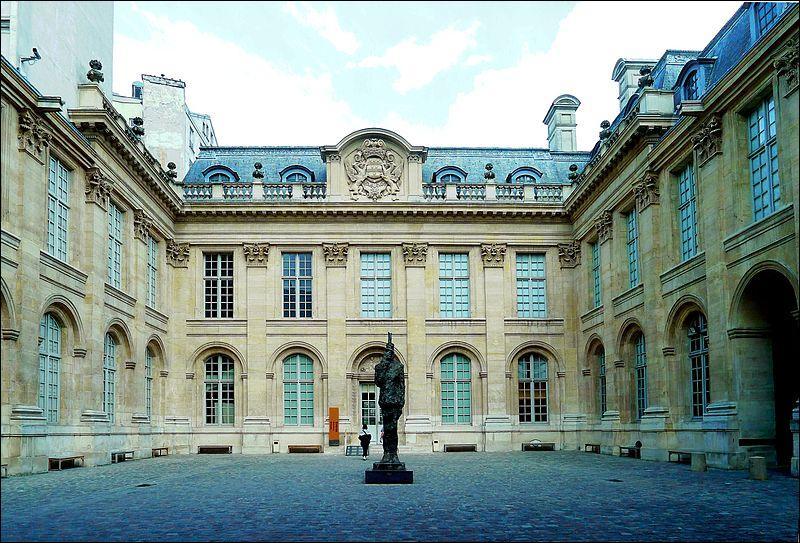 Depuis 1829, le ministère de l'Éducation Nationale (alors appelé de l'Instruction Publique) s'installe dans l'hôtel de Rochechouart. Construit pour la famille du même nom, il appartint ensuite à Charles François Augereau. Qui était cet homme ?