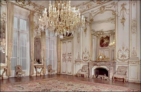 Le Ministère de l'Écologie, du Développement durable et de l'Énergie occupe un joli hôtel particulier, celui du maréchal de Roquelaure. Mais quel autre ministère occupait ce lieu avant ?