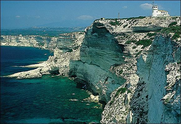 Cyrnos, nom d'origine de l'île, est aussi celui d'un être mythologique. De qui était-il le fils ?