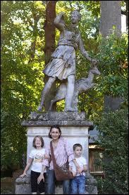 Chez les romains, elle est la déesse de la chasse et de la lune. Elle est assimilée à la déesse grecque Artémis. Qui est-elle ?