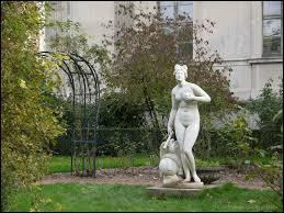 Chez les romains, elle est la déesse de l'amour, de la beauté et de la séduction. Assimilée à la déesse grecque Aphrodite, elle porte alors le nom de ...