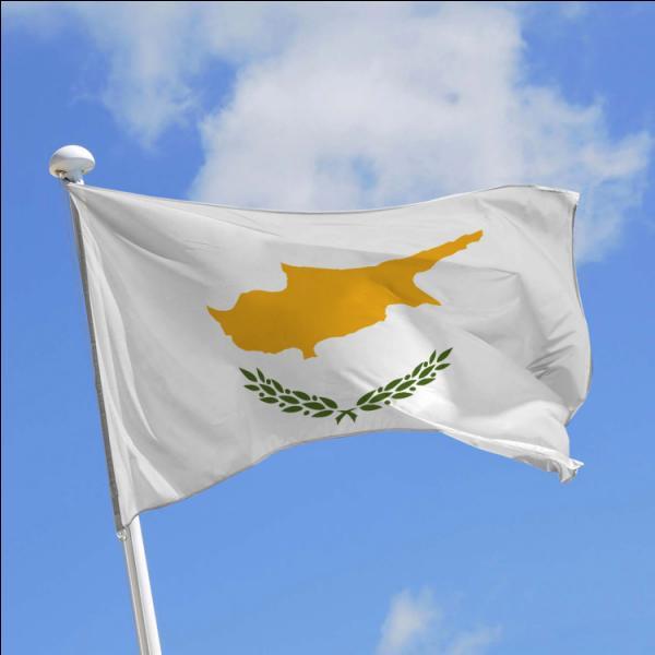 Pourquoi la carte de l'île de Chypre présente sur le drapeau de la République de Chypre est-elle de couleur jaune-orangé ?