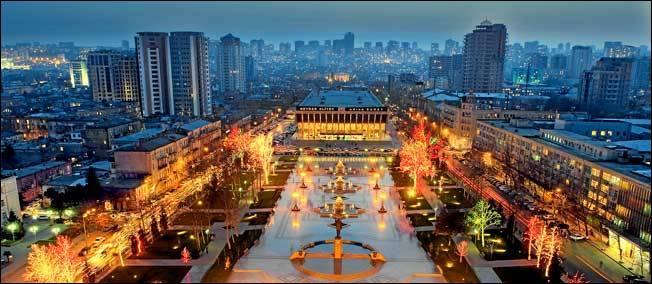 Bakou est la capitale de l'Azerbaïdjan. Combien son agglomération rassemble t-elle d'habitants ?