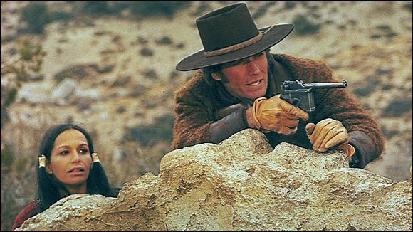 En 1972, John Sturges, qui a tourné avec John Wayne, offre un beau rôle à Clint Eastwood dans  Joe Kidd . Quel acteur américain Clint Eastwood affronte-t-il ?