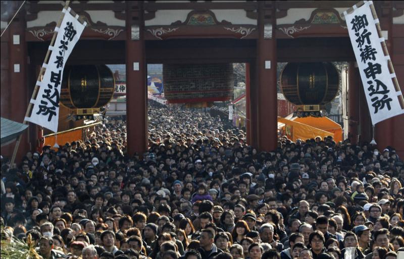 Avec 127 millions d'habitants, le Japon est l'un des pays les plus peuplés au monde. Pourtant, la faible natalité dans le pays devrait engendrer dans les années à venir un véritable crash démographique. A ce rythme, combien les japonais seront-ils en 2100 ?