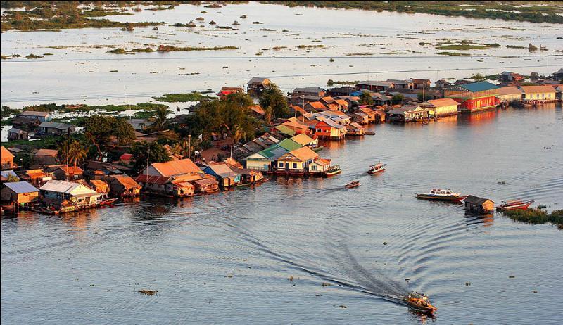 Tonlé Sap, au Cambodge, est le plus grand lac d'Asie du Sud-Est. En tant normal, il est vaste de 2 700 km². Quel est sa taille lors de la saison des pluies ?