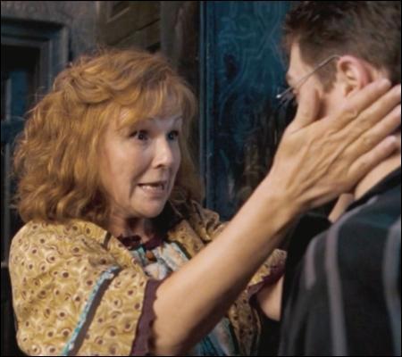 Au début du tome 6, Molly apprend à Harry qu'Arthur a eu une promotion. Et Harry se met à pleurer. En fait, il a simplement...