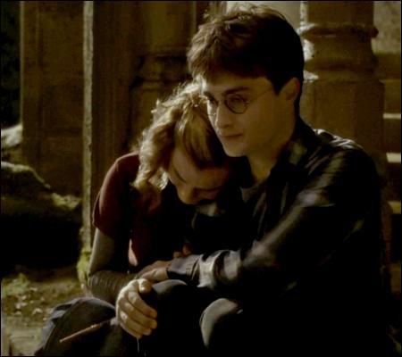 Hermione semble apprécier le réconfort d'Harry. En effet, que lui dit-il ?
