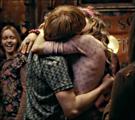 Selon Ginny, encore elle, comment Ron et Lavande s'embrassent-ils ?