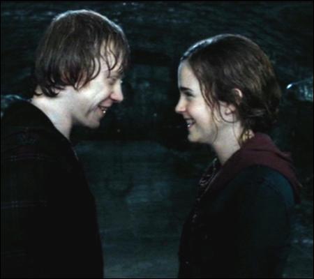 Vu la tête d'Hermione, Ron a dû faire des progrès ! Grâce à quel livre, notamment ?
