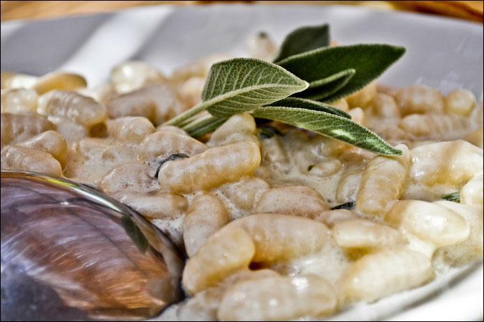 Les  malloreddus  sont des pâtes typiquement ------- qui ressemblent aux gnocchi. Ils sont souvent accompagnés d'une sauce à base de fromage de brebis.