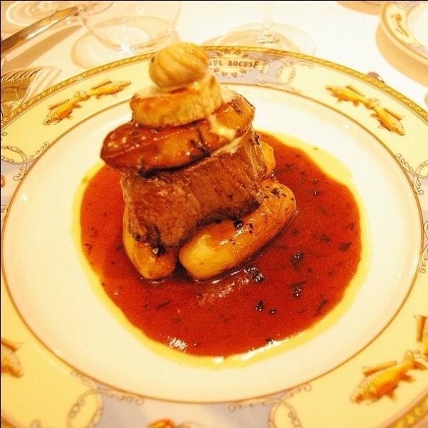 En agrandissant la photo on voit bien la tranche de foie gras qui surmonte le filet de boeuf accompagné d'une sauce qui nécessite des truffes et de la graisse d''oie. Que va donc manger mon époux ?