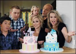 Comment s'appelle le petit dernier de la famille, quels sont ses noms dans la vie réelle et dans la série ?
