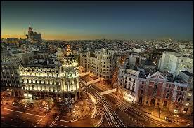 Quelle est la capitale de l'Espagne ? La capitale a une population de 3 413 271 habitants en 2011. Le musée du Prado, le musée Reina Sofía, et le musée Thyssen-Bornemisza sont parmi les musées les plus visités au monde.