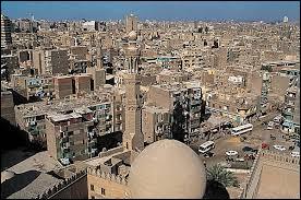 Qui suis-je ? Je suis la capitale de l'Égypte qui a plus de seize millions d'habitants, et je suis la plus grande ville d'Afrique et du Moyen-Orient.