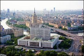 Plus grande ville de l'Europe avec 11 979 200 habitants (2013), c'est la capitale de la Russie. Quelle est-elle ?