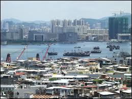 Avec 26'301 habitants au km carré, quel est le pays qui a la densité de population la plus haute ?