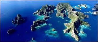 L'archipel indonésien est le plus grand de tous les archipels. Combien a-t-il d'îles ?