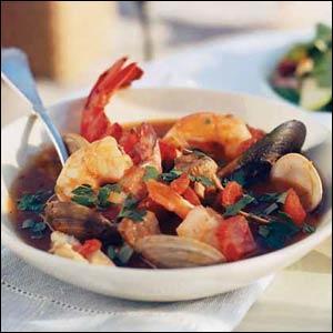Quel est ce plat de poissons servi avec des croûtons aillés et une sauce rouille ?