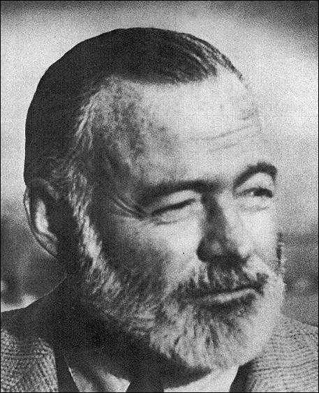 Quel écrivain américain, dont ce fut le premier grand succès, est l'auteur du roman  Le soleil se lève aussi  sur fond de première guerre mondiale ?