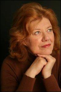 Quelle écrivaine britannique de romans policiers est l'auteur de  Une mer sans soleil , dix huitième titre traduit en français de la série William Monk , détective privé devenu amnésique suite à un accident ?