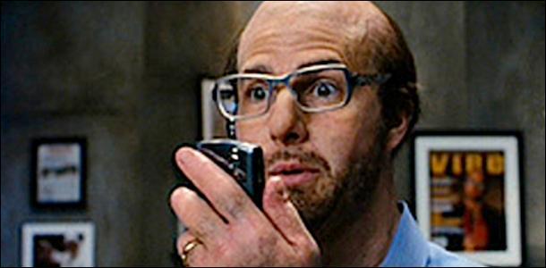 Avec son crâne chauve et ses lunettes, il ne ressemble pas du tout au séducteur que l'on connaît ! Mais qui est cet acteur ?