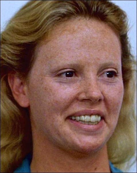 Contrairement aux apparences, cette femme est une beauté fatale. Cette blonde en cache une autre ! Il s'agit de :