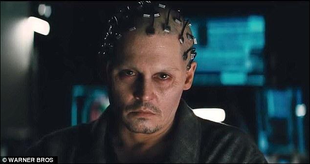 D'habitude, il a des rôles plus fantasques et un look plus sexy, mais avec ses yeux hagards et cette tête à faire peur, on est loin de reconnaître le beau :