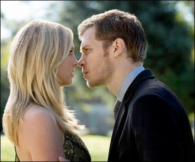 Après avoir sauvé Caroline, que laisse Klaus sur sa table de nuit pour l'anniversaire de Caroline ?