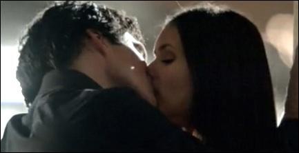Qui comprend en premier qu'Elena est asservie à Damon ?