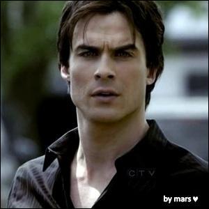 De qui Damon parle-t-il :  Il est juste à côté de moi. Même si son cœur est à l'autre bout de la pièce  ?