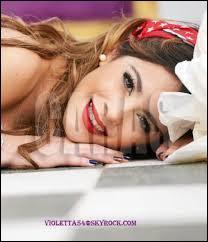 Martina Stoessel est chanteuse, danseuse et musicienne mais elle a autre chose comme travail, lequel ?