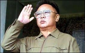 Succédant à son père en 1994, ce dictateur régna implacablement sur la très fermée Corée du Nord jusqu'à son décès en 2011. De qui s'agit-il ?